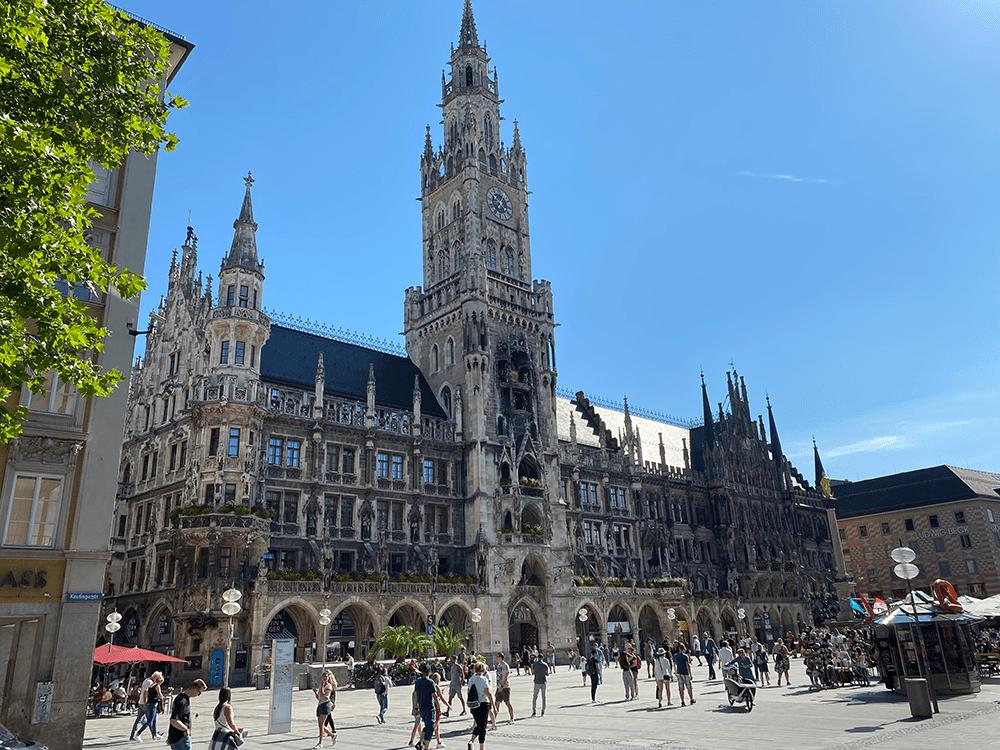 Façade du nouvel hôtel de ville sur la Marienplatz de Munich en Bavière