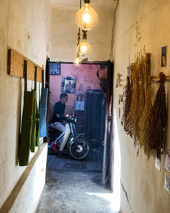 Vue sur la rue depuis l entree du restaurant la Famille dans la Medina de Marrakech