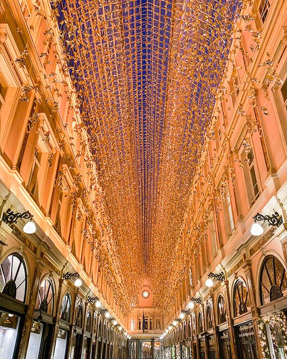 La verr!ère illuminée est décorée d'origamis des Galeries Royales Saint-Hubert à Bruxelles