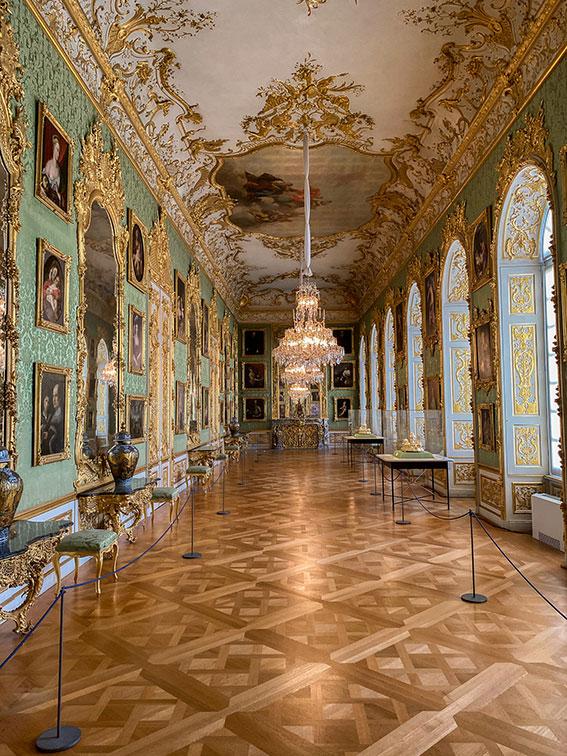 Salle richement décorée de tableaux et lustres dans la résidence de Munich en Allemagne