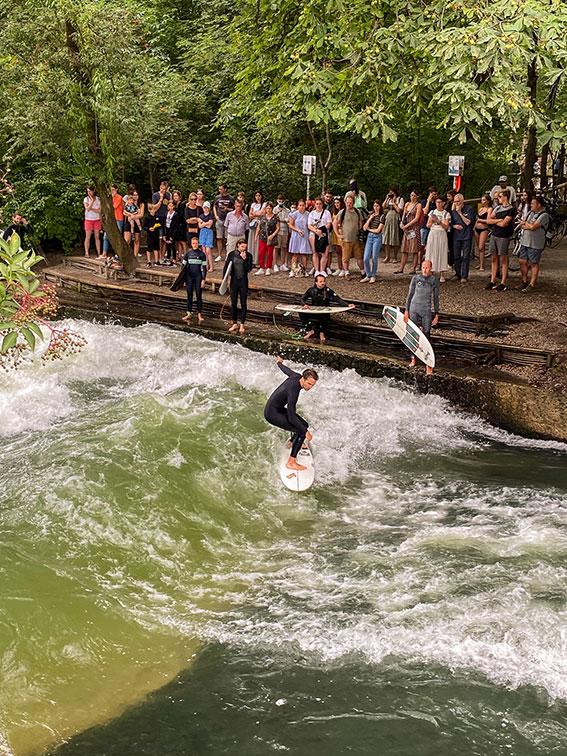 Surfeurs dans le parc anglais munich