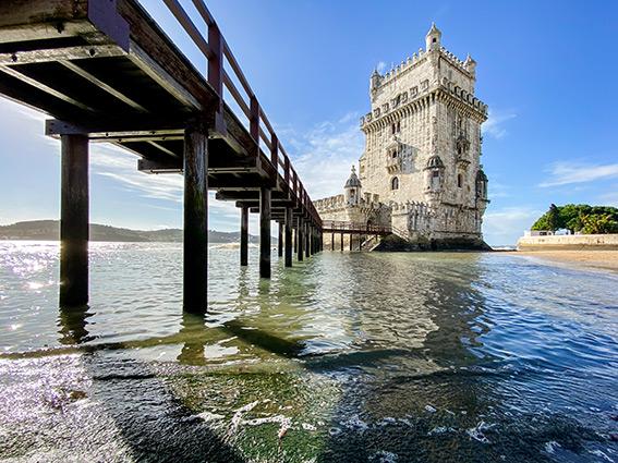 La Tour de Belém et son ponton vus à hauteur de l'eau sur les bords du Tage