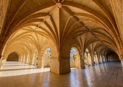 depuis un coin du cloître dans le monastère des Hiéronymites,