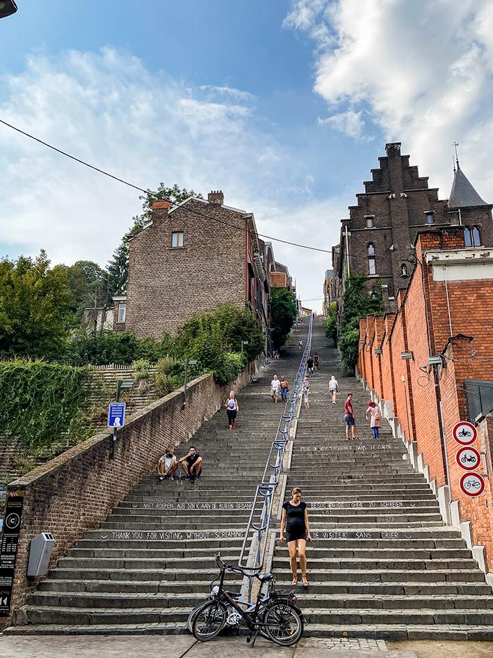 Les 343 marches de l'escalier de Bueren vu depuis son pied à Liège