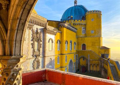Vue sur le Palais National de La Pena depuis la terrasse de la chapelle à Sintra