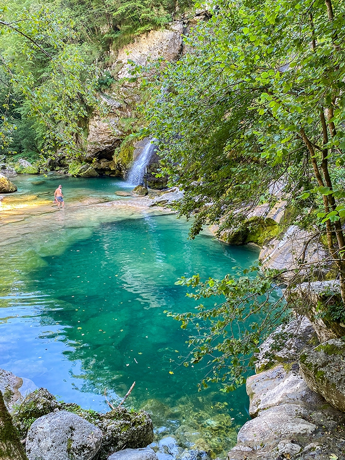 La cascade Virje et son eau couleur vert émeraude, dans la vallée de la Soca à proximité du village de Bovec en Slovénie