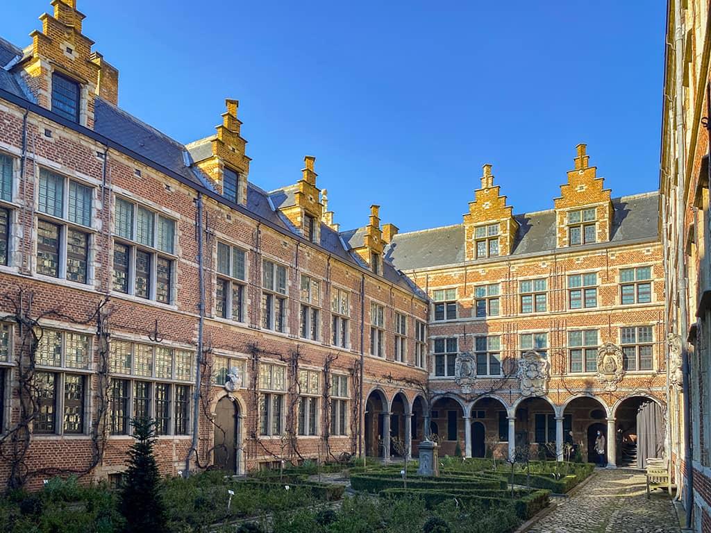 La cour intérieure du musée Plantin-Moretus par une belle journée ensoleillée lors de notre week-end à Anvers.