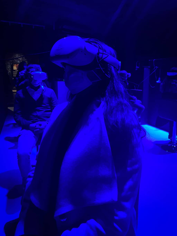 Une jeune femme portant un casque de réalité virtuelle lors de l'exposition Klimt de Bruxelles