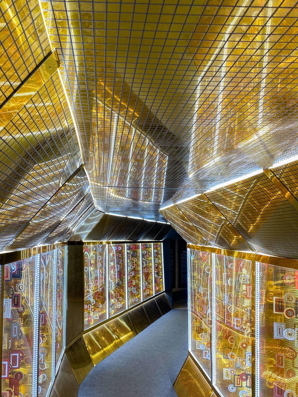 Couloir doré menant à la salle de projection à l'exposition Klimt de Bruxelles
