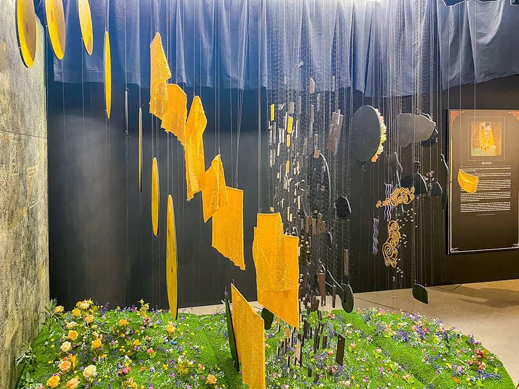 La reproduction du tableau, le Baiser de Klimt, à l'exposition immersive Klimt de Bruxelles