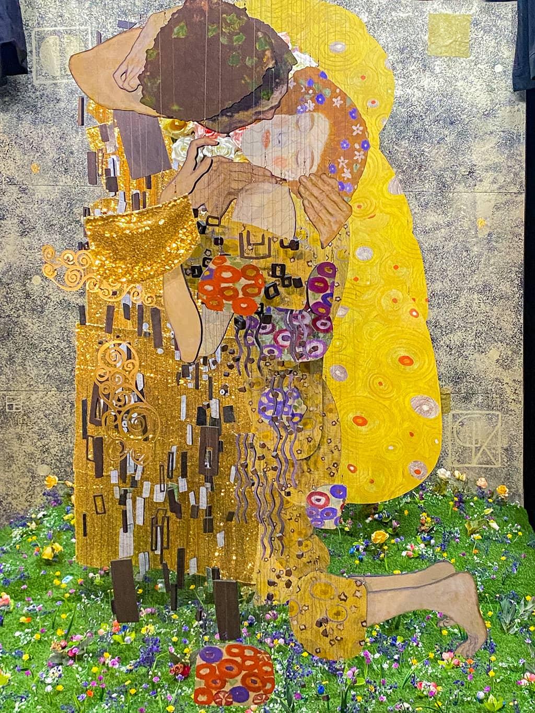La reproduction en 3D du tableau, le Baiser de Gustav Klimt, présenté à l'expo immersive à Bruxelles