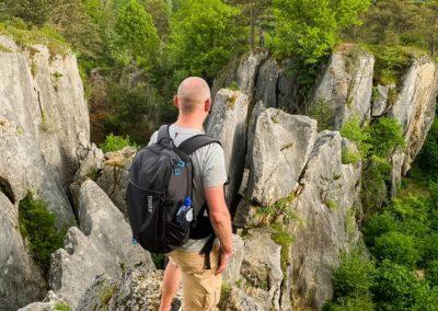 Un jeune homme profite du panorama à la Fondry des Chiens à Viroinval en Belgique