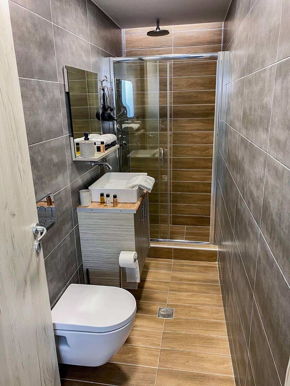 La salle de bain du Sofia's Apartment lors de notre séjour à Santorin.