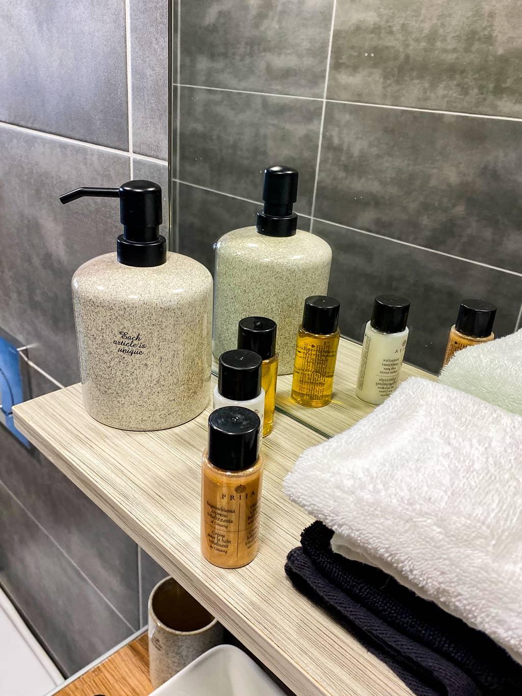 Les cosmétiques mis à disposition dans le Sofia's Apartment à Kamari.