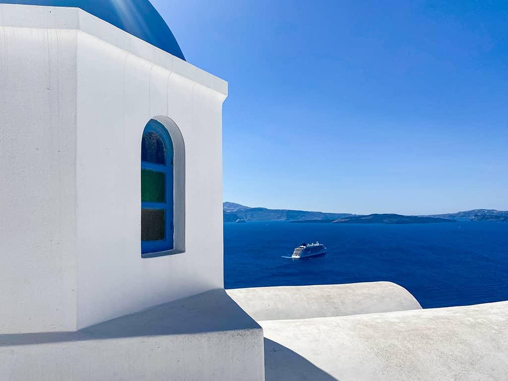 Chapelle typique au toit bleu et aux murs blancs dans le village d'Oia sur l'île de Santorin