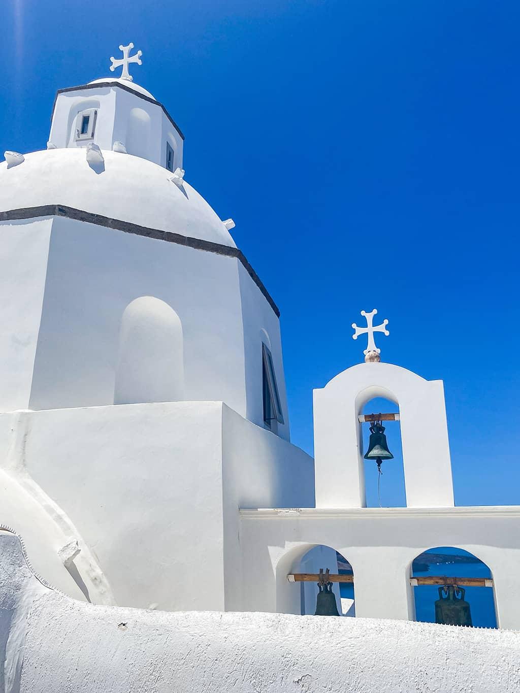 Chapelle blanche sur un fond de ciel bleu sur l'île de Santorin