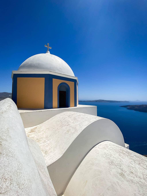 Petite chapelle qui surplombe la mer sur l'île de Santorin en Grèce.