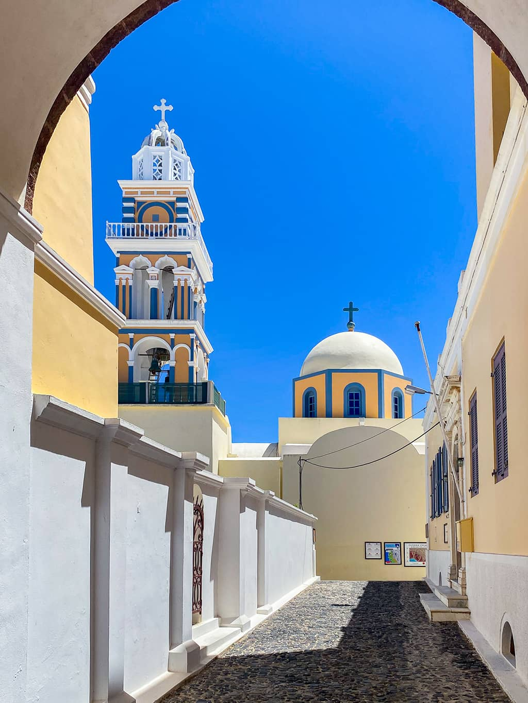 Eglise colorée de jaune et bleu sur l'île de Santorin
