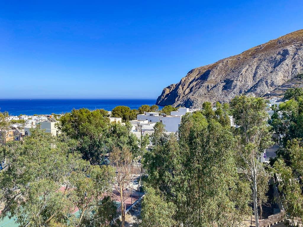 le village de Kamari sur l'île de Santorin.