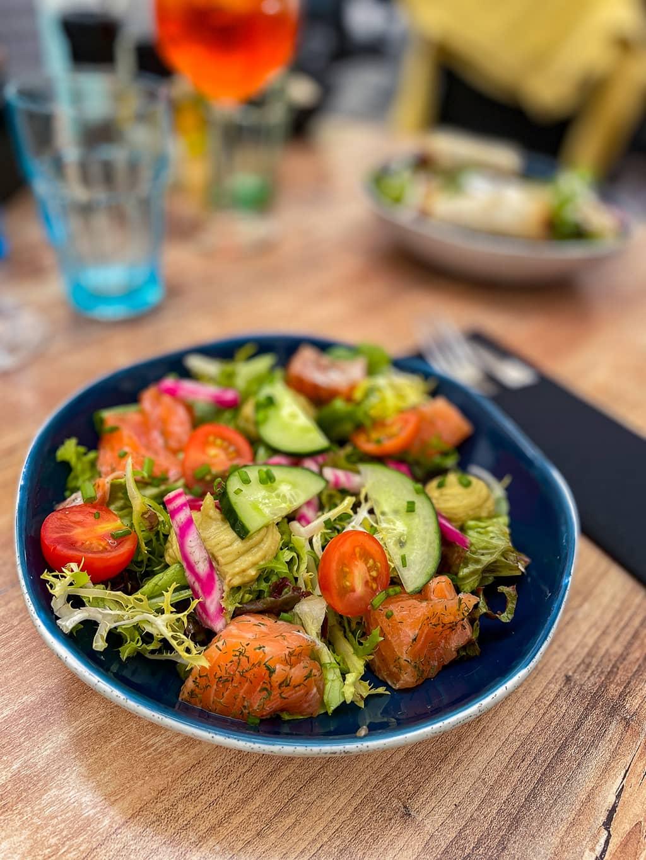 Une assiette de salade au saumon au restaurant, le Bistronome, de Metz